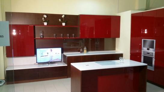 Кухня - гостиная с островом и колоннами для техники Бордо - от 250000